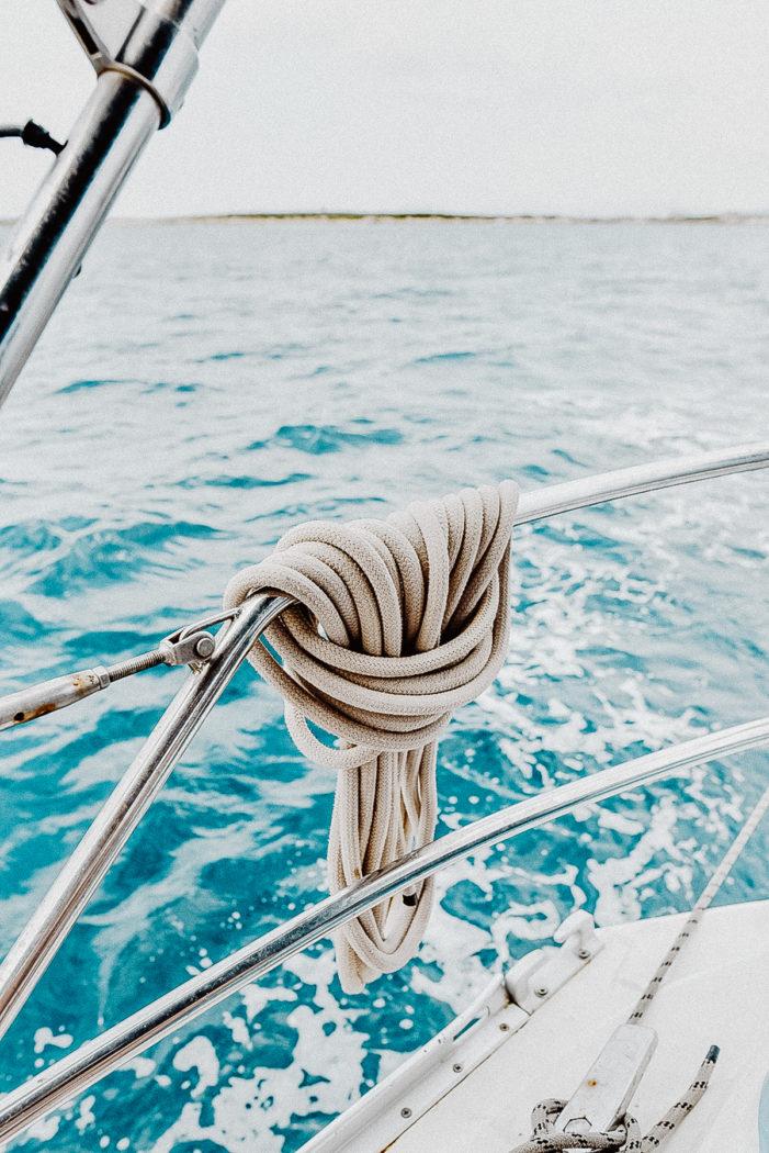 Ein Yoga-Boot auf See, Ibiza Umgebungsbild